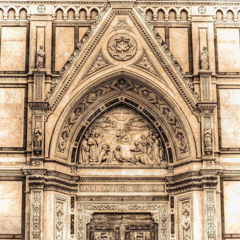 dettaglio della cattedrale di santa croce a firenze in tonalità seppia foto