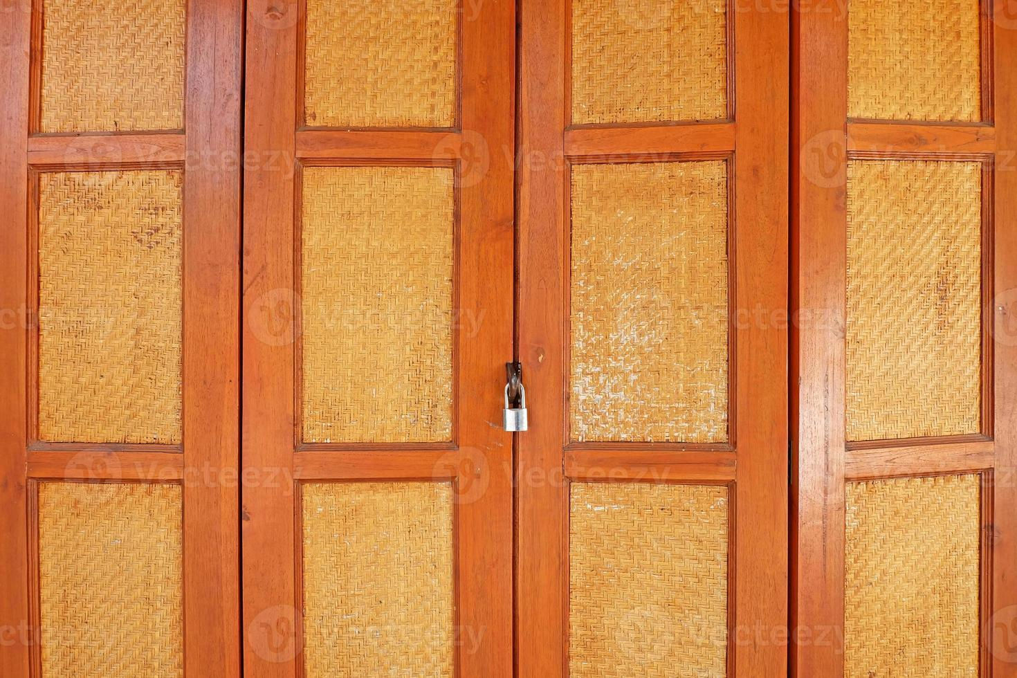 porta in legno in stile asiatico con serratura foto