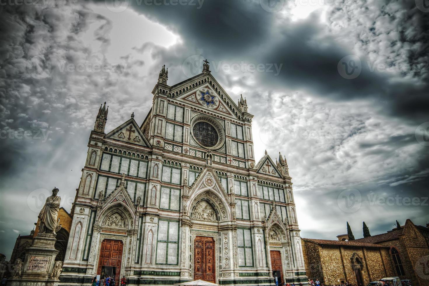 la cattedrale di santa croce e la statua di dante alighieri foto