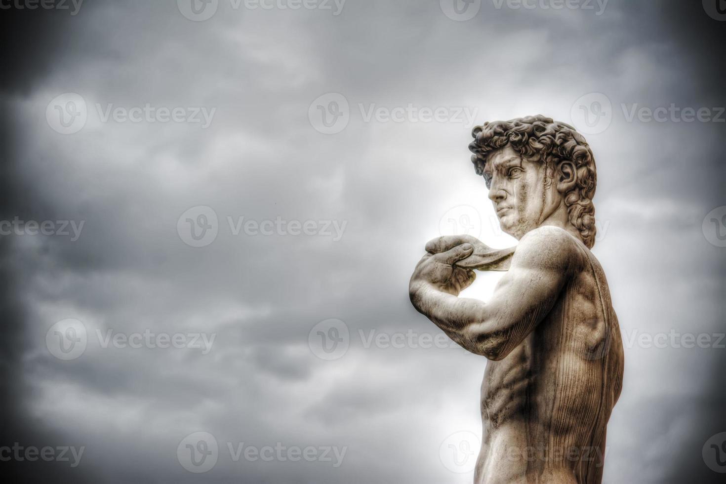 il david di michelangelo sotto un cielo coperto foto