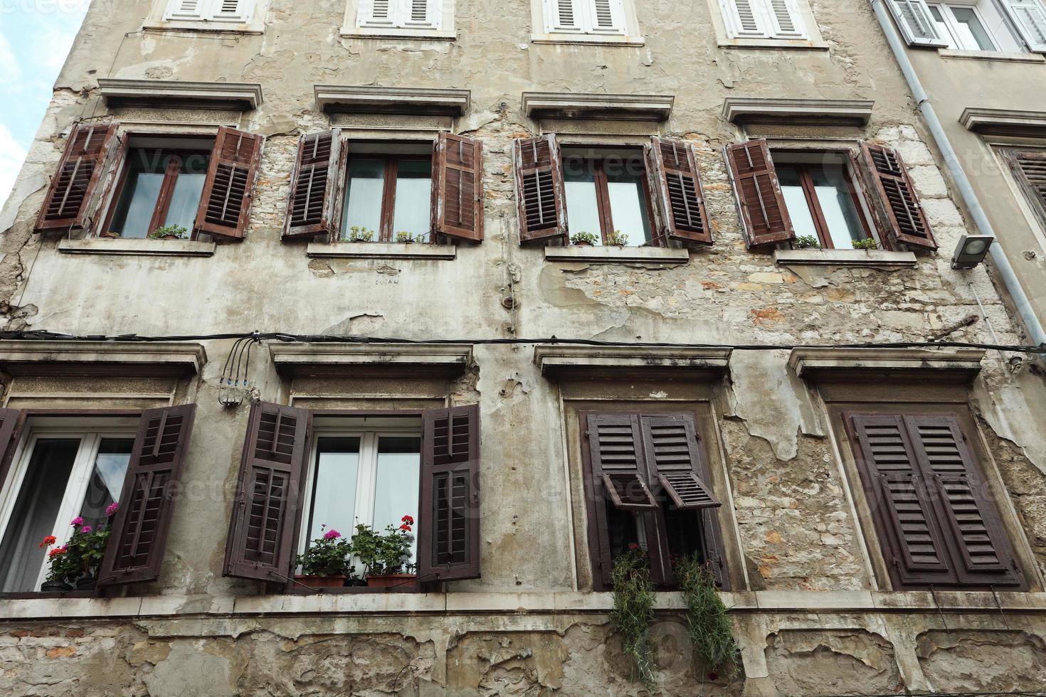 hausfassaden und fenster in der altstadt von pula in kroatien foto