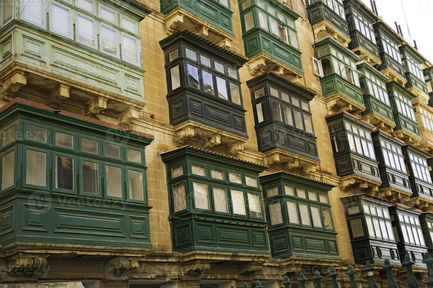 finestre tipiche a la valletta-malta foto