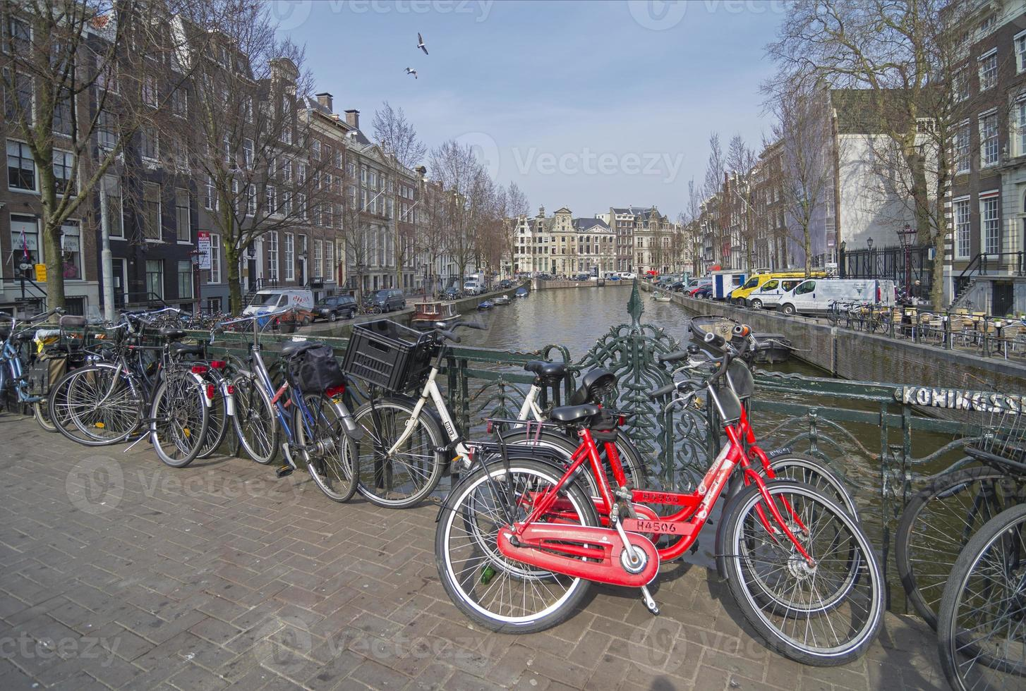 parcheggio per biciclette presso il canale, amsterdam. foto