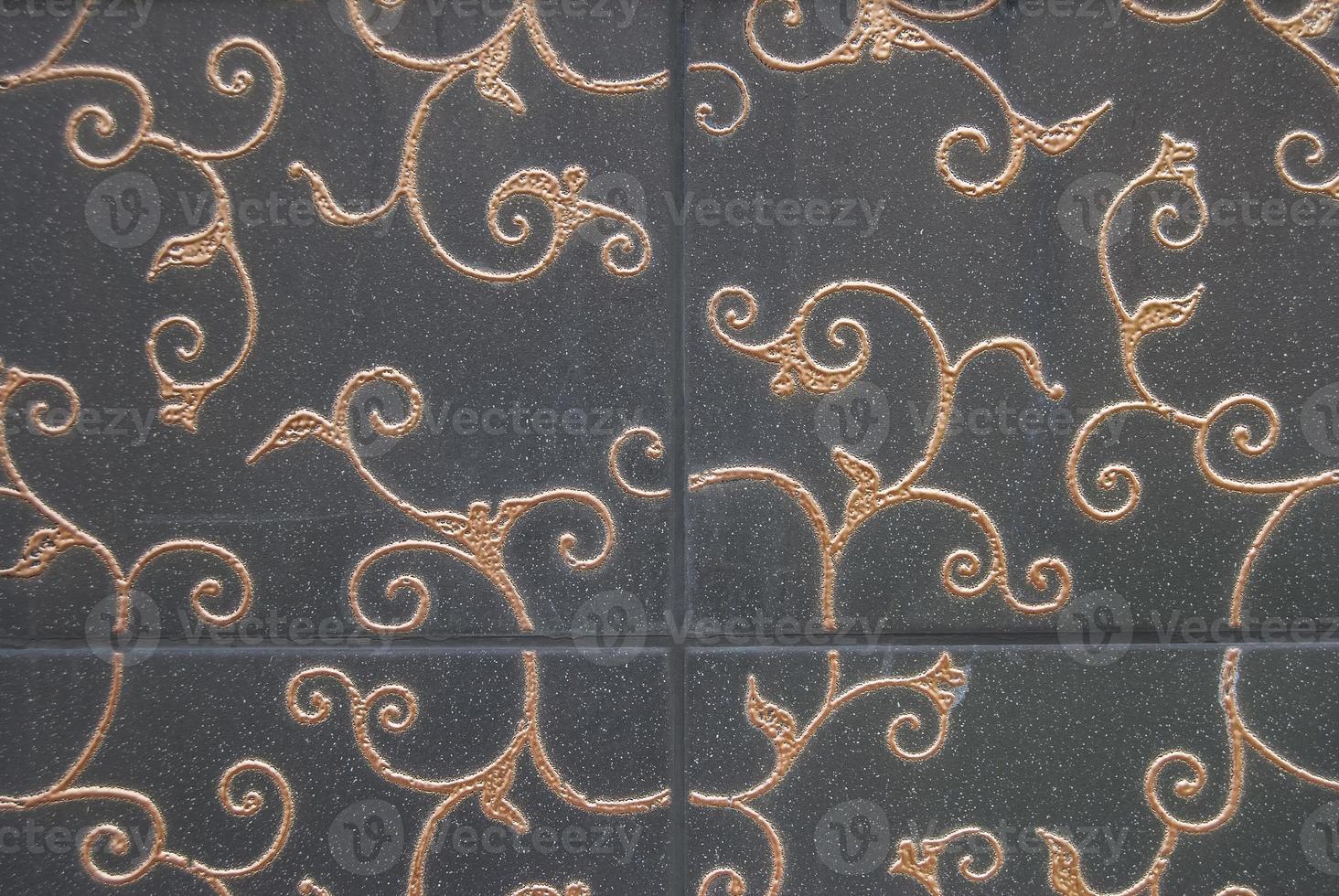piastrelle decorative scure con decorazioni floreali dorate foto