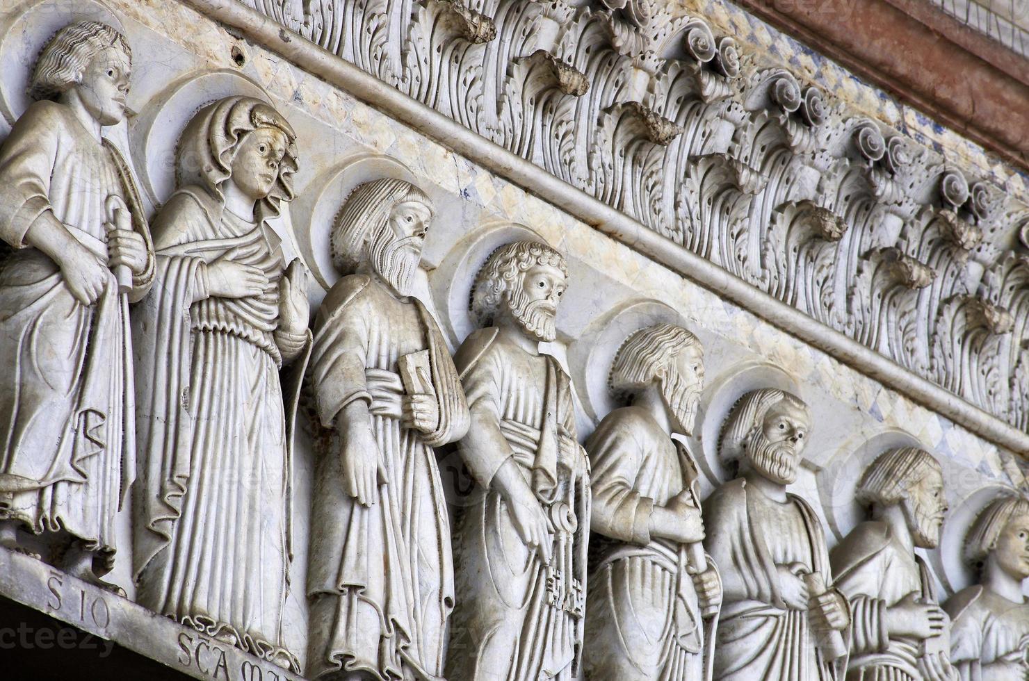 lucca - particolare della facciata della cattedrale di san martino. Toscana foto
