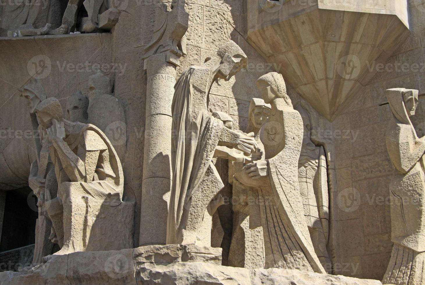 facciata della passione del tempio della sagrada familia di barcellona, in catalogna, spagna foto