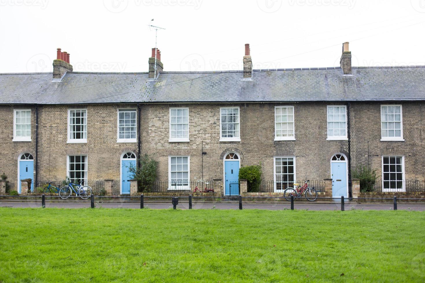 case di città di cambridge con porte blu foto