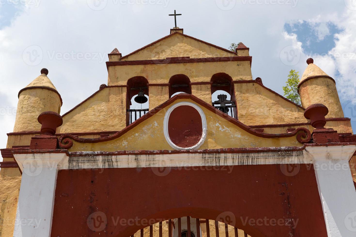 tipica piccola chiesa messicana a san cristobal foto