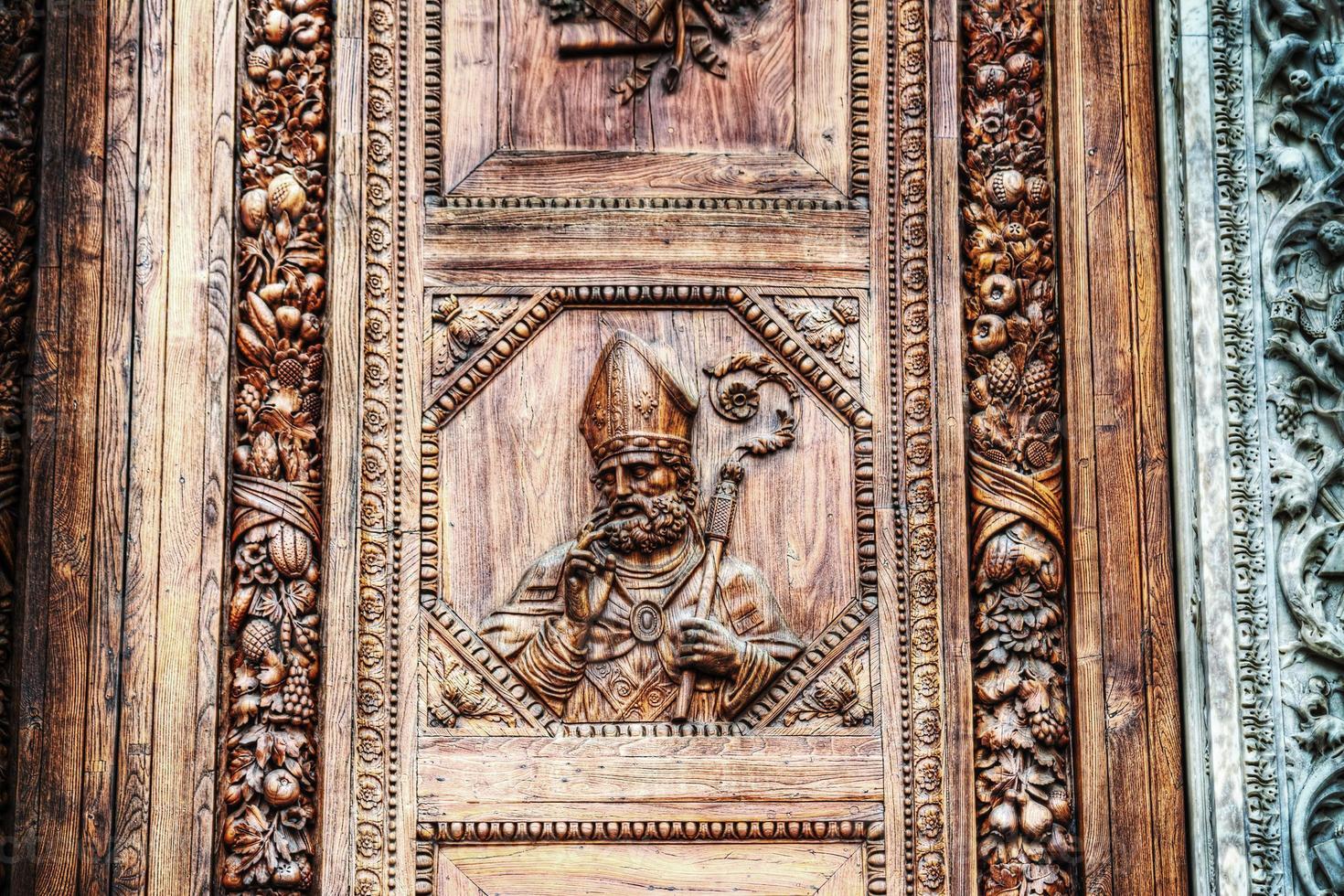 primo piano della porta principale di santa croce a firenze foto