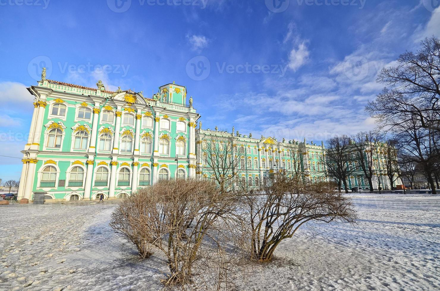vista piazza del palazzo d'inverno a san pietroburgo. foto