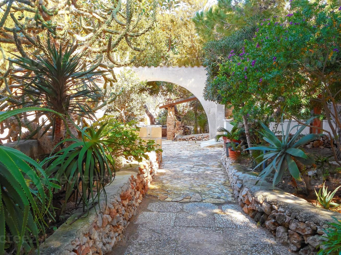 casa di paese a corte con giardino in sicilia foto