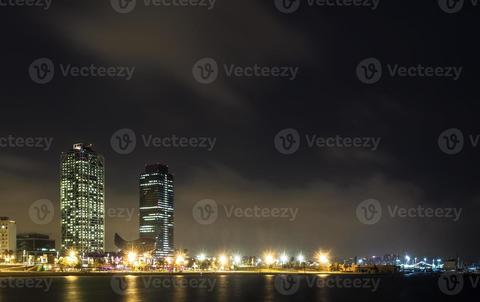 spiaggia di somorrostro nella notte d'estate. Barcellona, Spagna foto