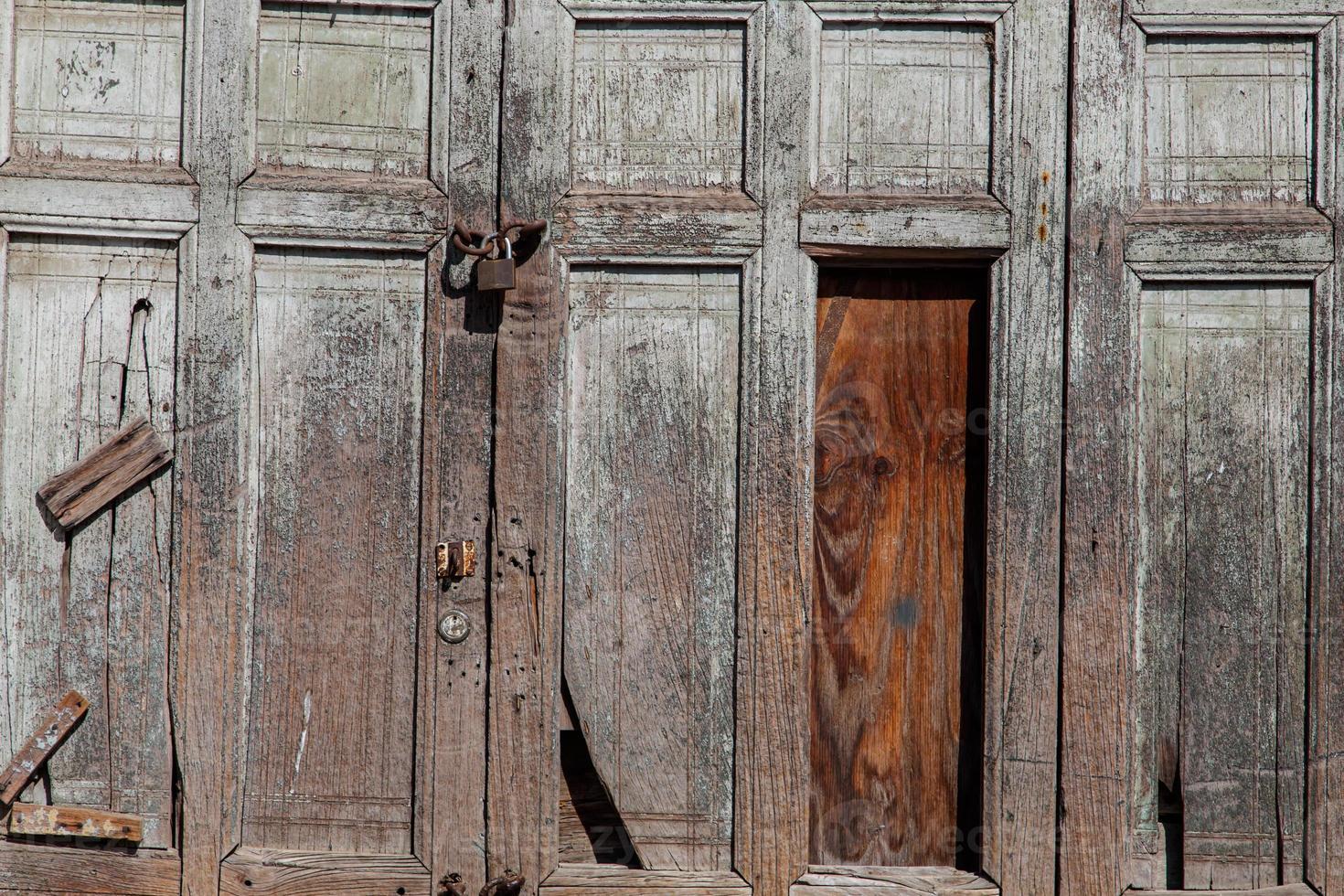 fotografia del primo piano del dettaglio della porta di legno antica foto