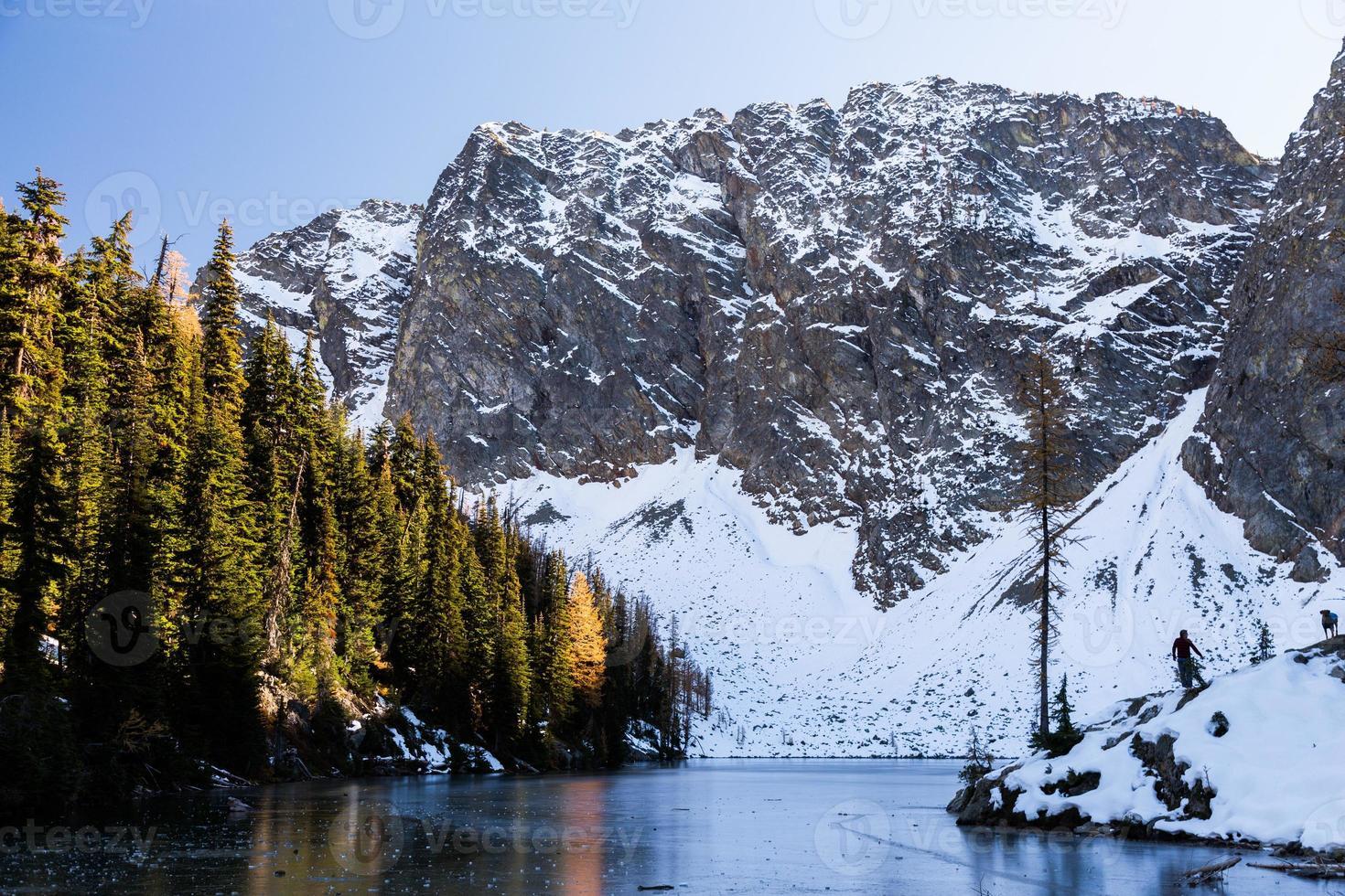 lago blu ghiacciato nelle cacades del nord foto