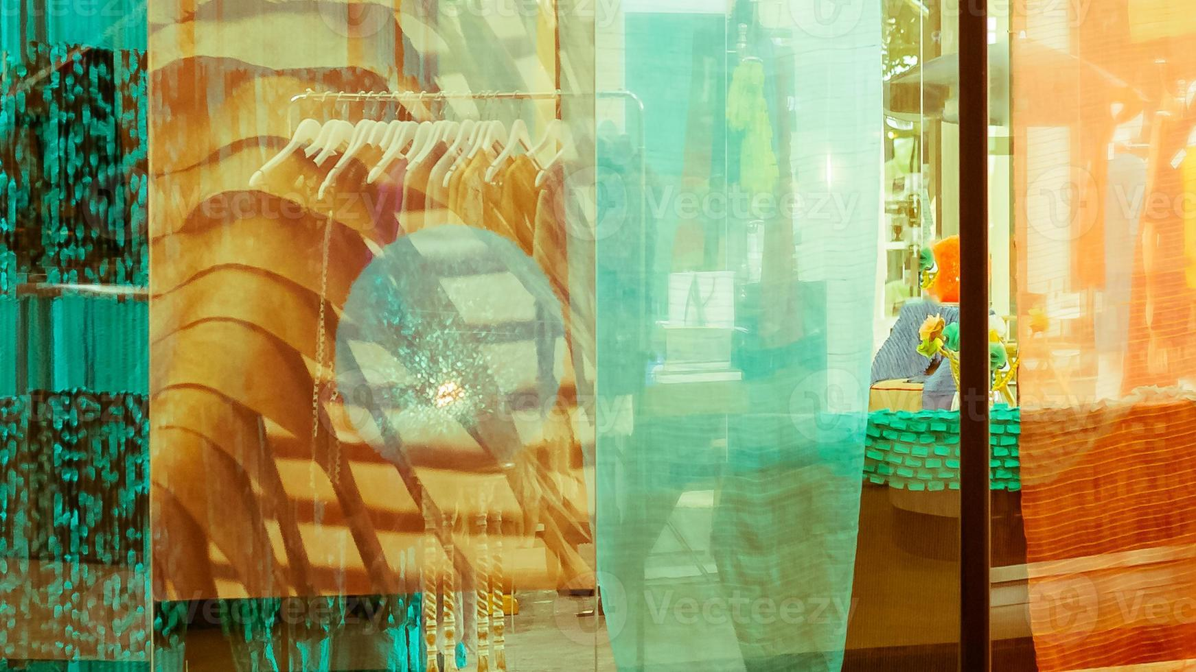 doppia esposizione, riflesso speculare del negozio di abbigliamento foto