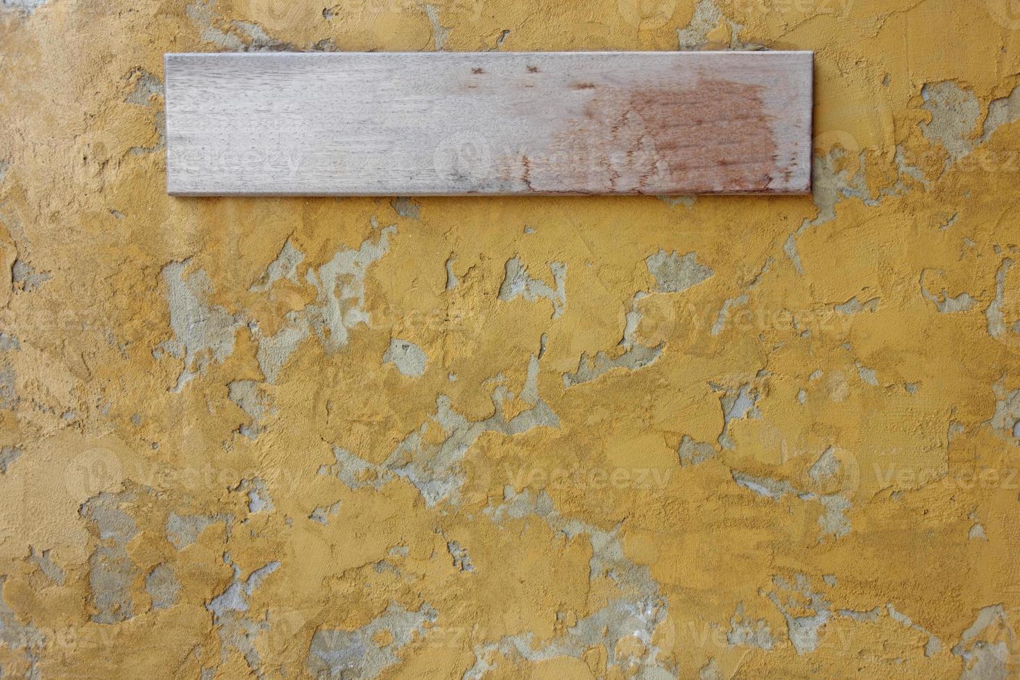 cartello in legno sul muro di cemento. foto