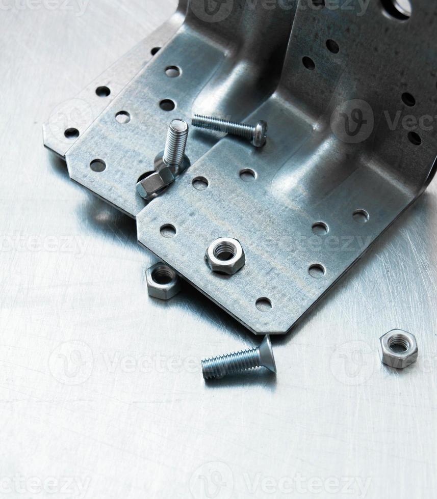 preparazioni metalliche ed elementi di fissaggio sul fondo metallico graffiato foto