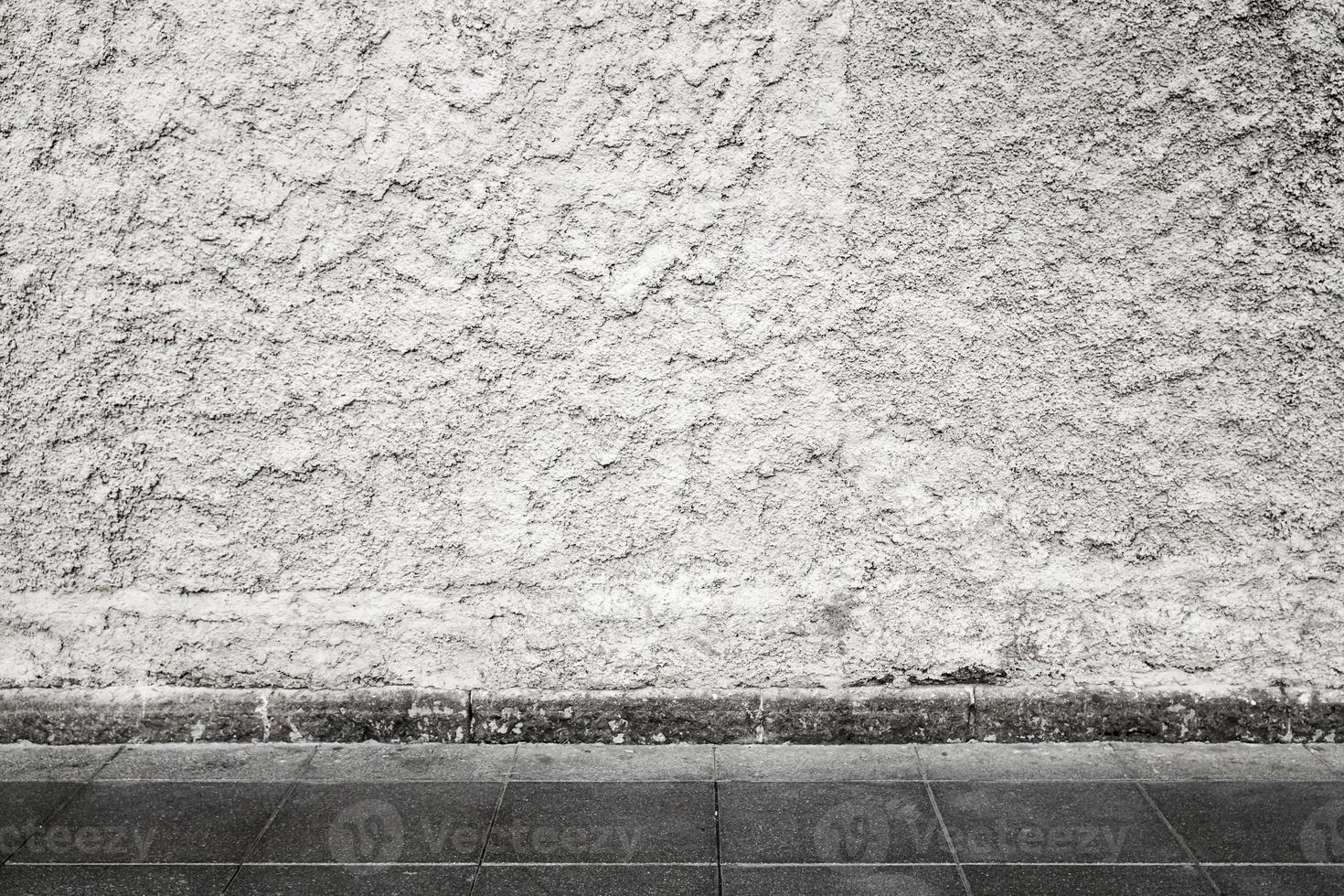 interno di fondo urbano con muro di cemento sgangherato bianco foto