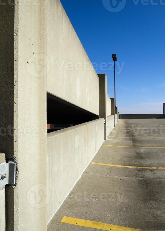 livello superiore di una struttura di parcheggio foto