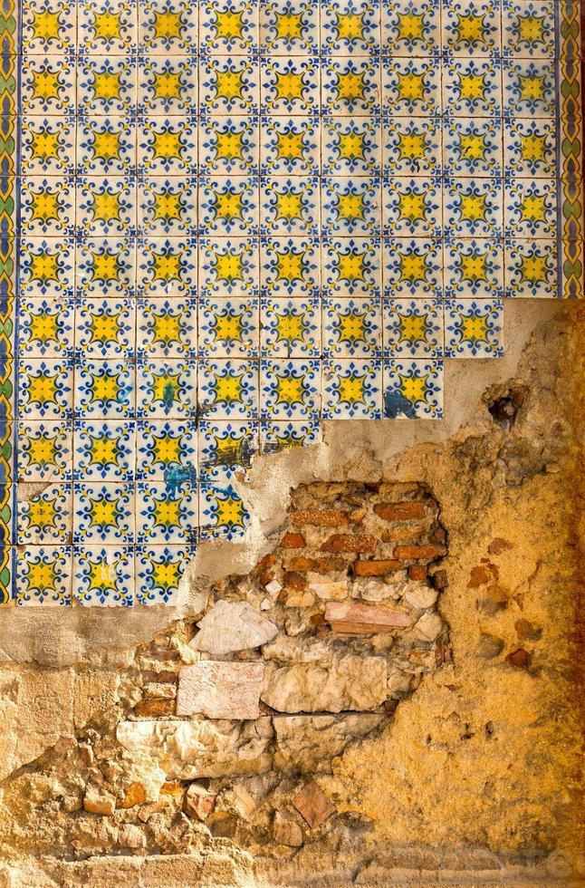 vecchio muro con piastrelle foto