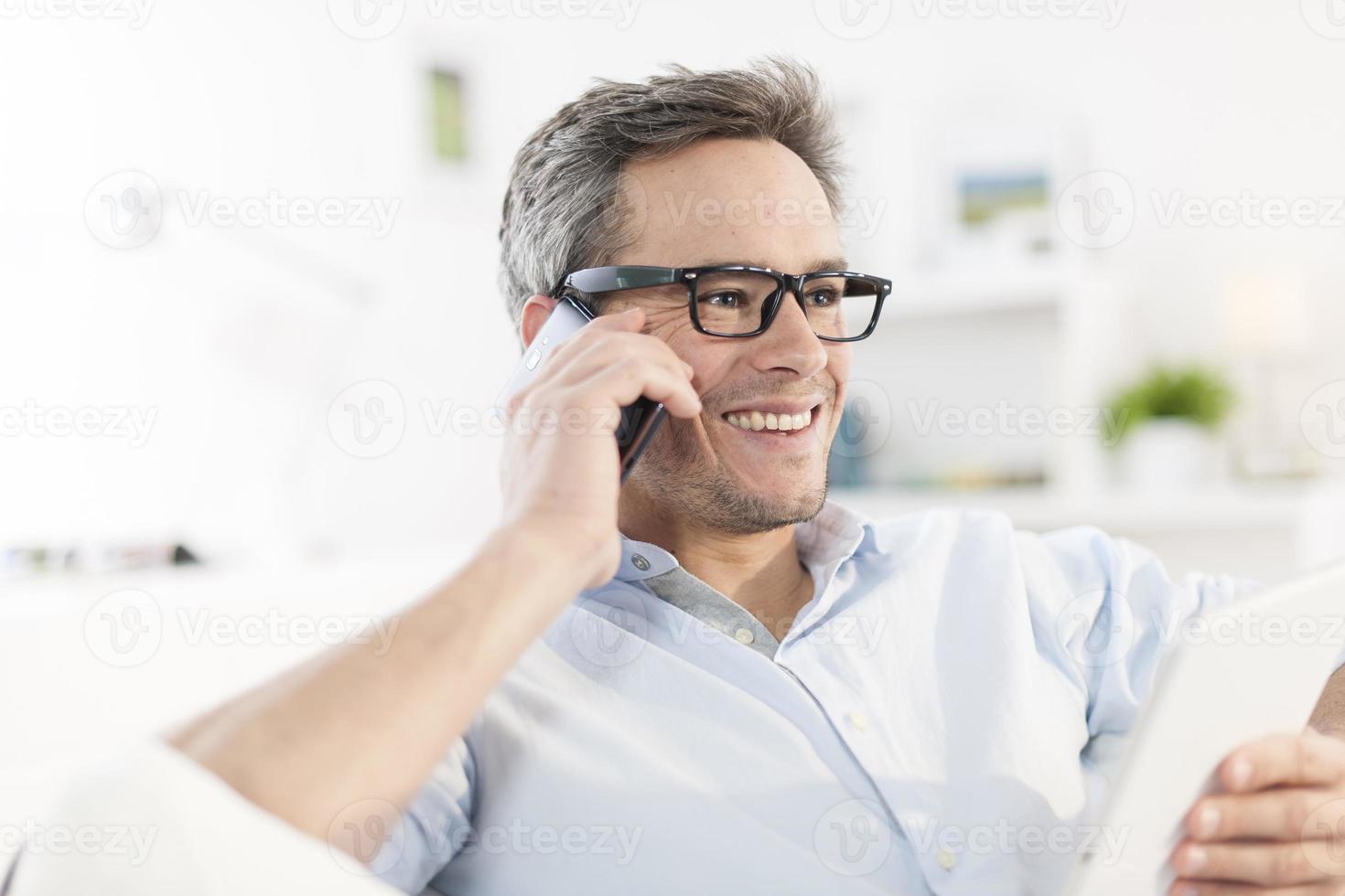 closeup ritratto su un uomo al telefono foto