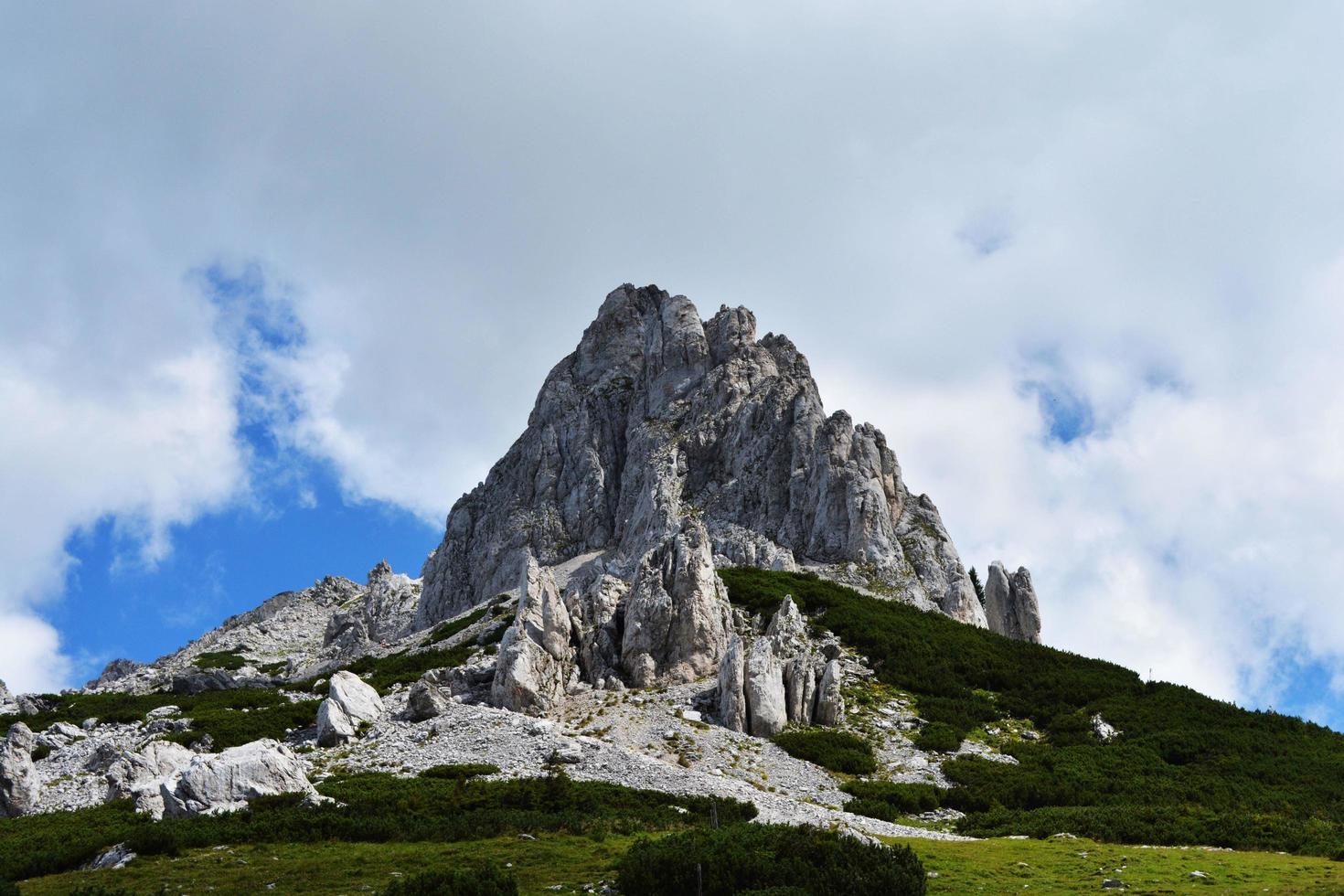 guardando la montagna e le nuvole foto