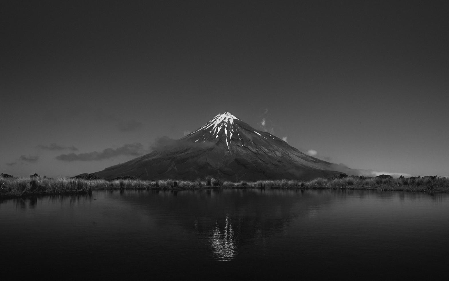 foto in scala di grigi del vulcano