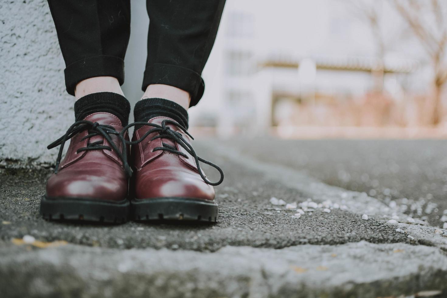 primo piano della persona che indossa scarpe di cuoio foto