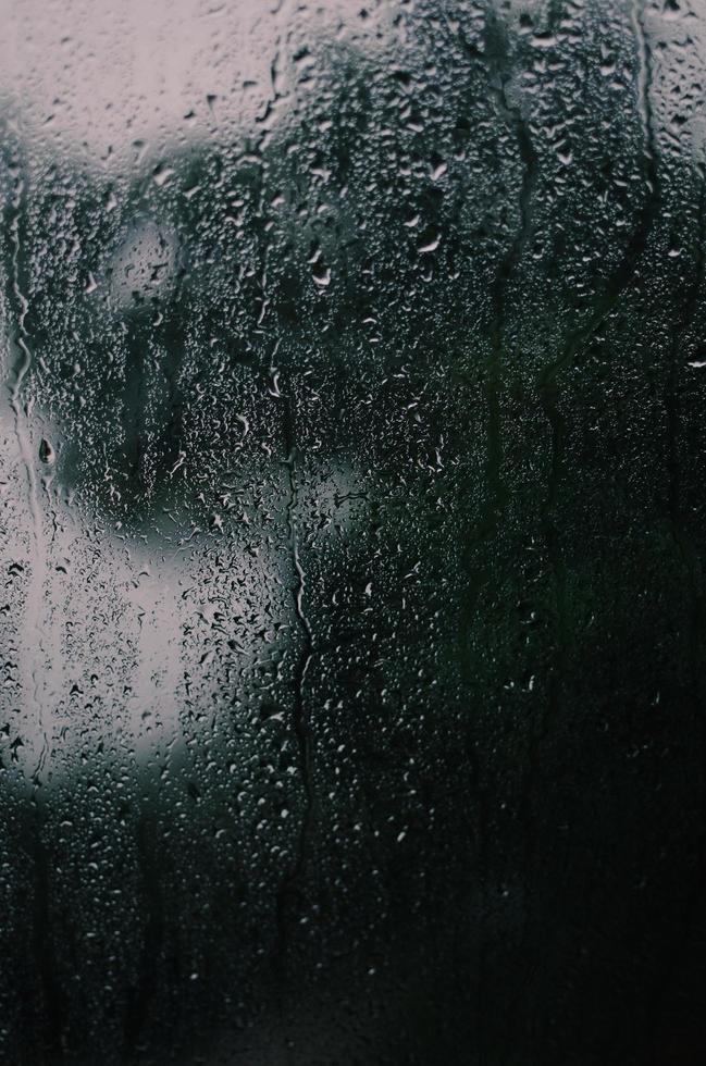 primo piano della ragazza con gocce di pioggia su di esso foto