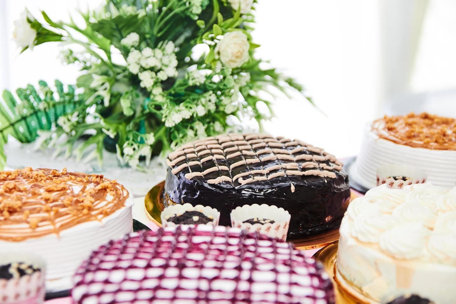assortimento di torte sul tavolo foto