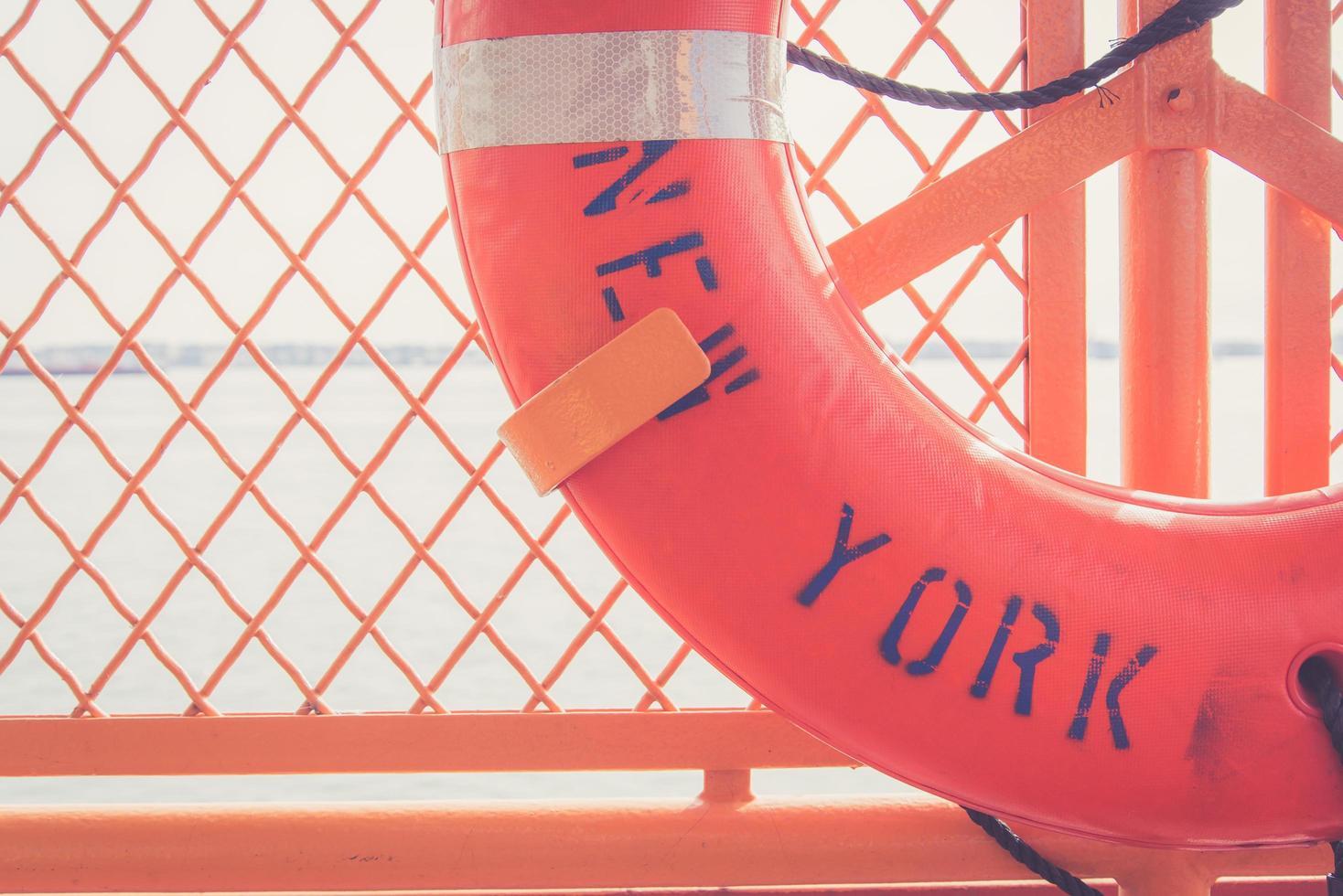 anello rosso con scritta new york foto