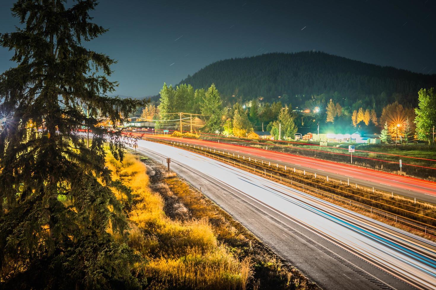 lasso di tempo del traffico su strada foto