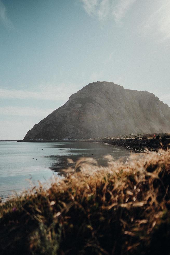 montagna sul bordo dell'acqua foto