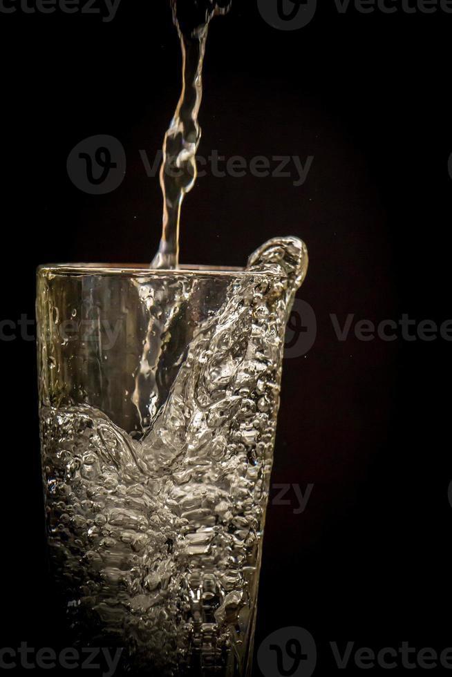 schizzi di acqua chiara su sfondo nero in stile vintage foto