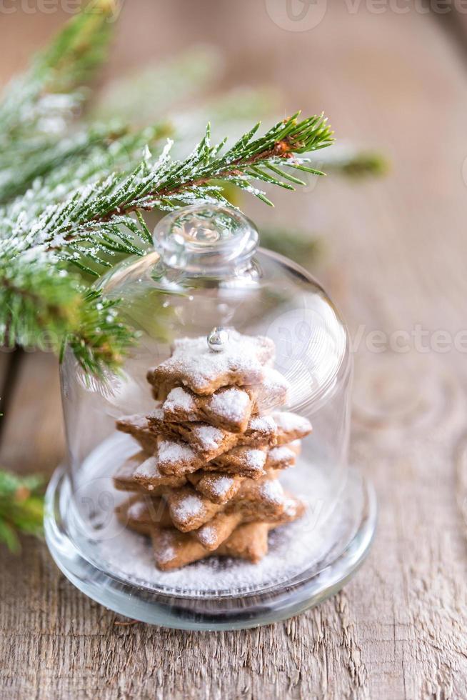 albero di natale dolce fatto in casa sotto la cupola di vetro foto