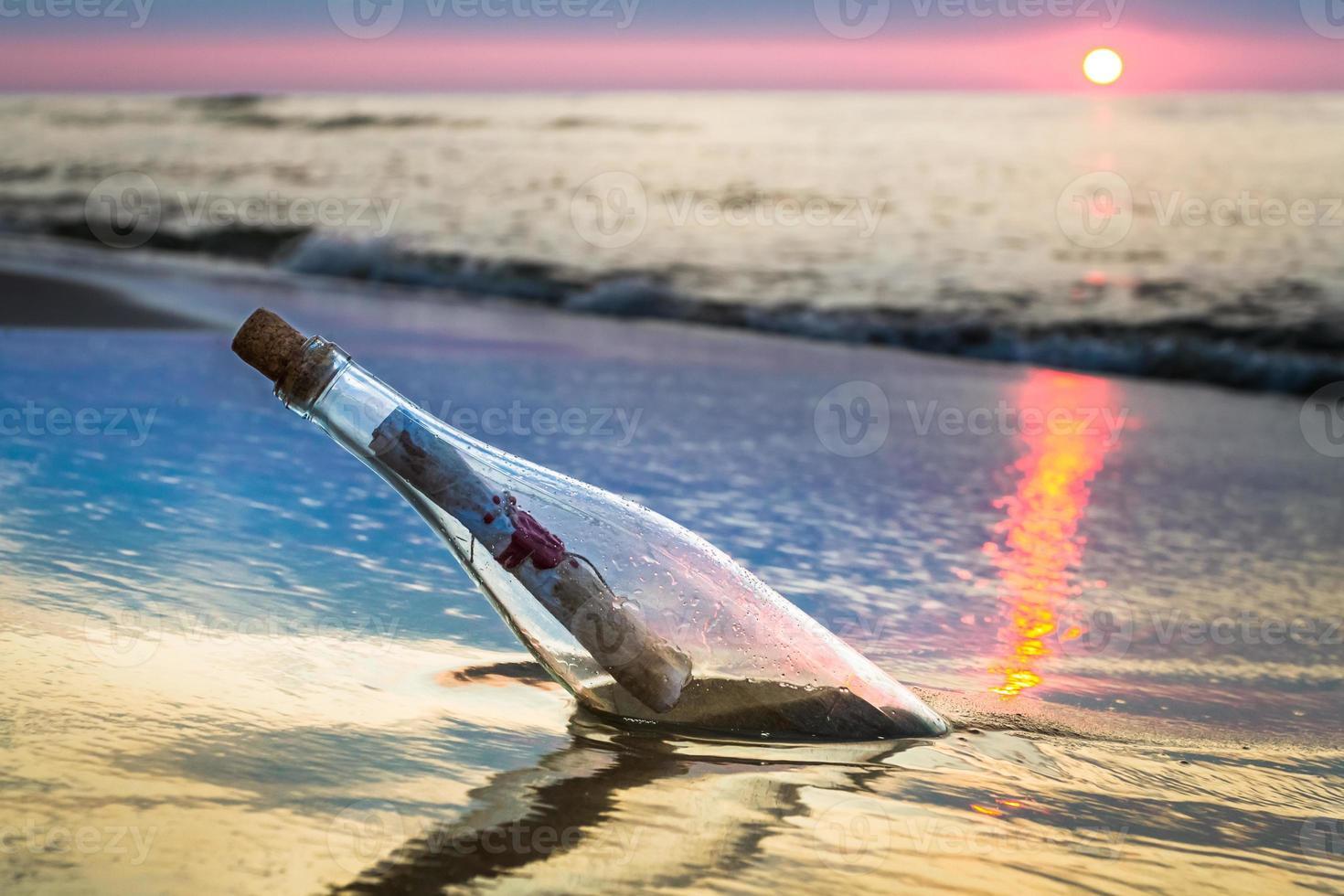 bottiglia con un messaggio lanciato dal mare foto