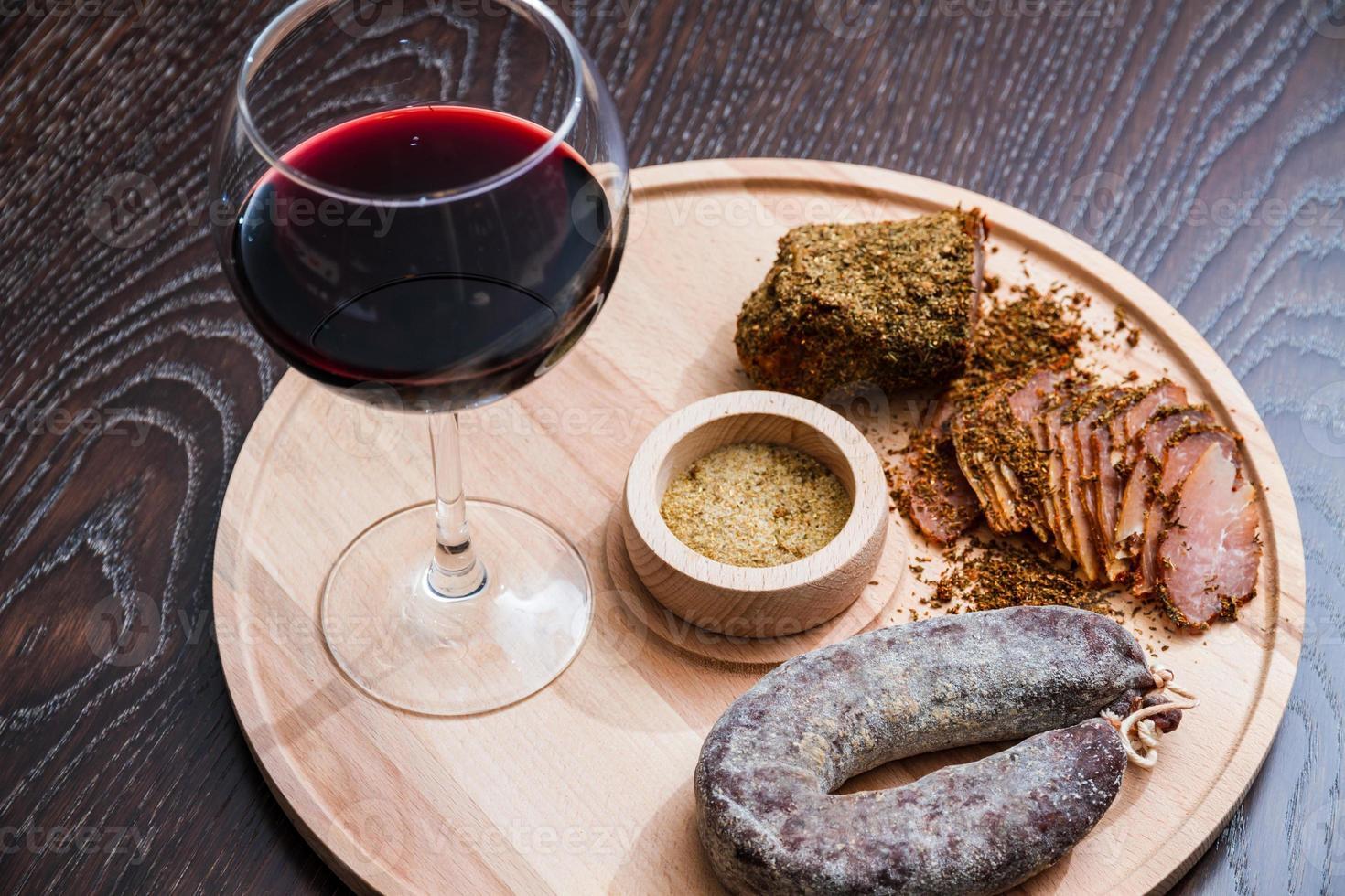 salsiccia di filetto di carne e vino rosso foto