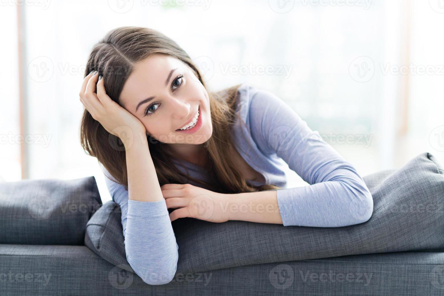 donna seduta sul divano foto