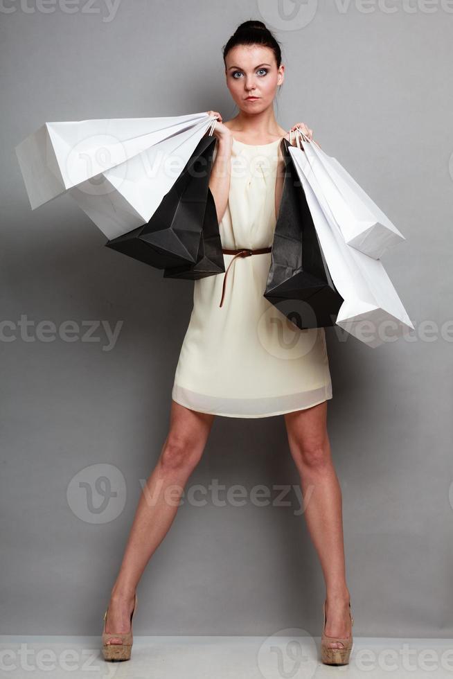 donna che tiene i sacchetti della spesa di carta foto