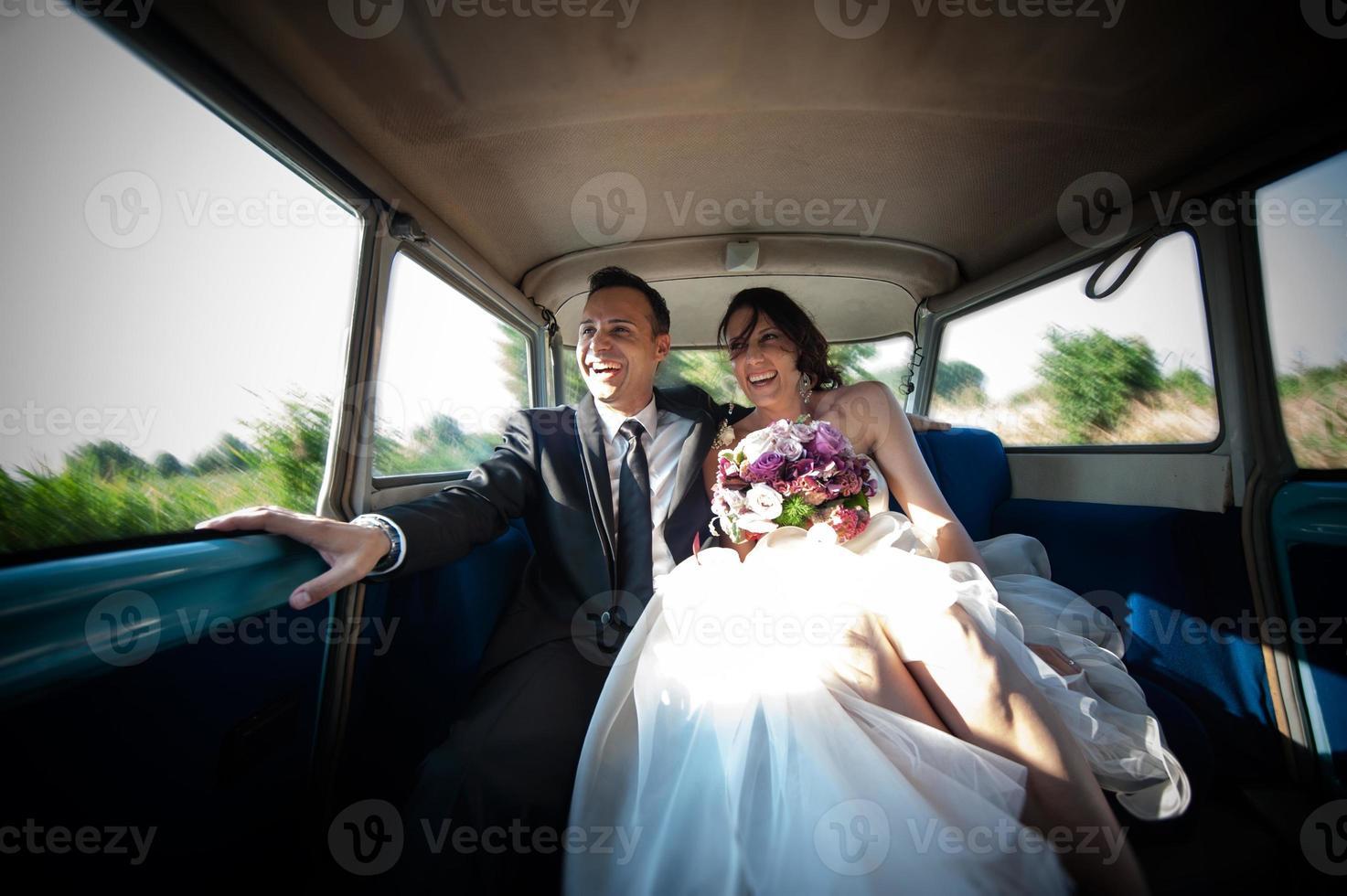 sposi in auto per matrimoni foto