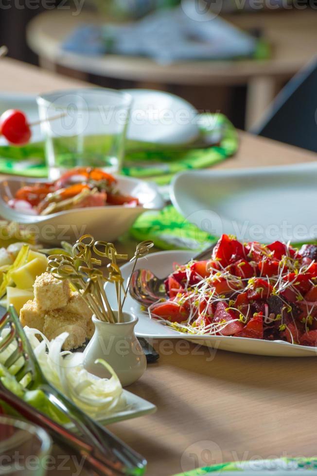 tavolo pieno di cibo biologico. ben arredato foto