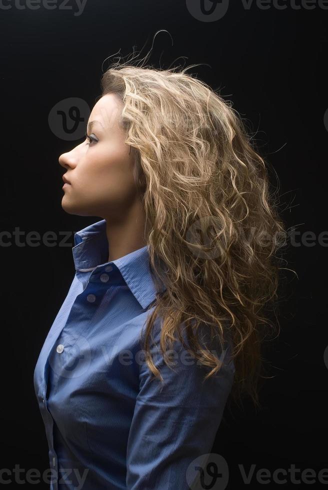 attraente donna bruna in camicia foto