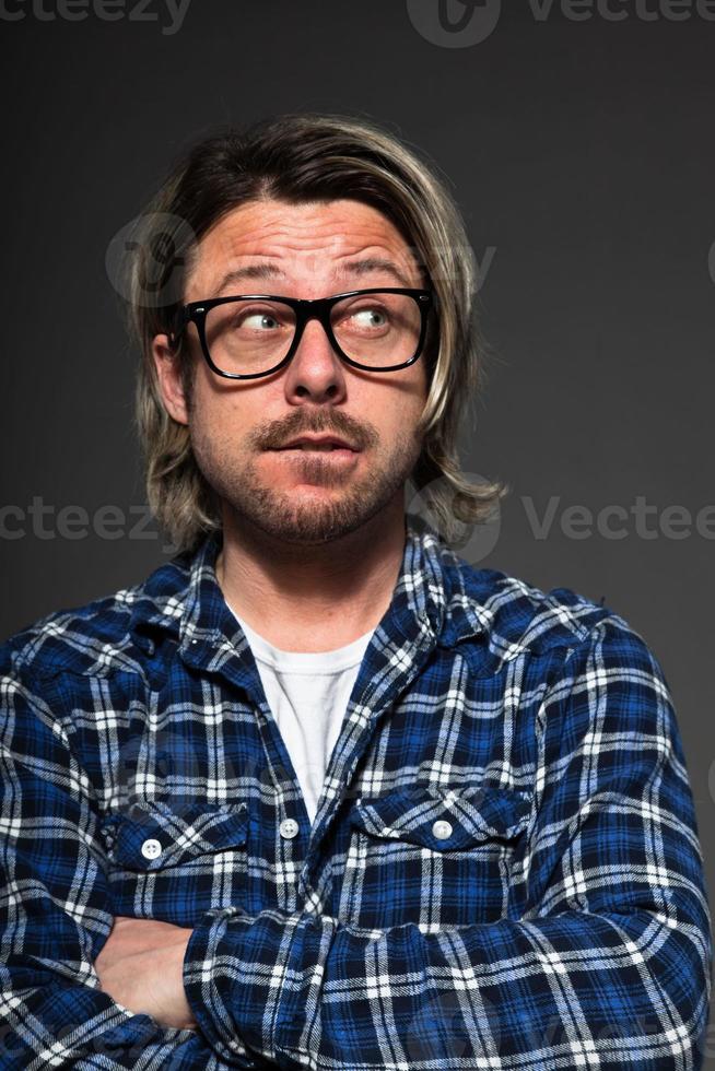 giovane con i capelli biondi e la barba che indossa occhiali retrò. foto