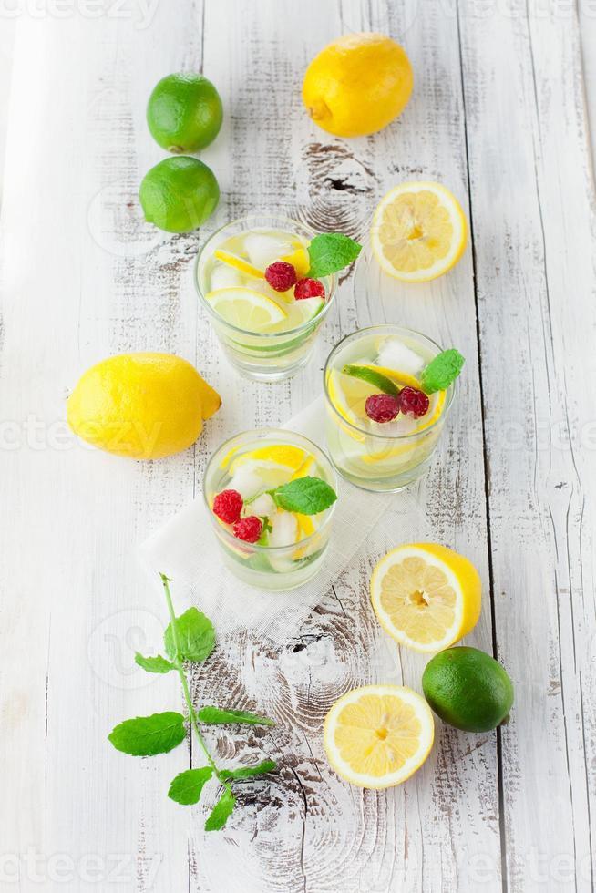 limonata in un bicchiere con la menta foto