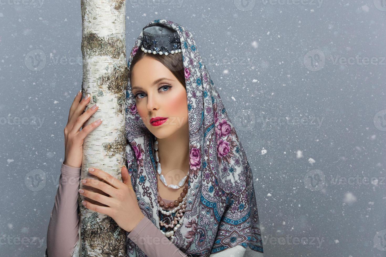 ritratto di ragazza russa con betulla foto