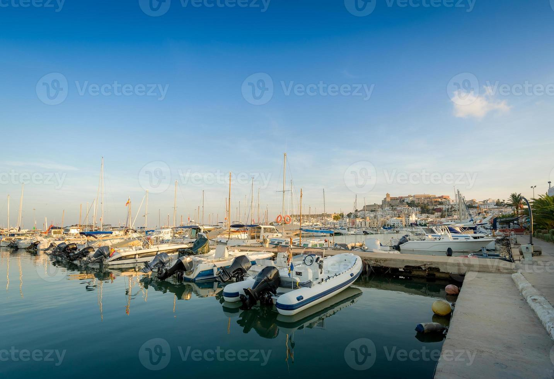 barche da pesca nel porto turistico di ibiza foto