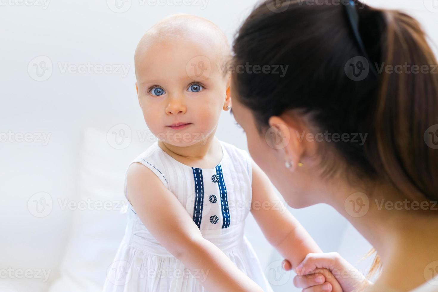 bambina e sua madre che giocano in casa foto