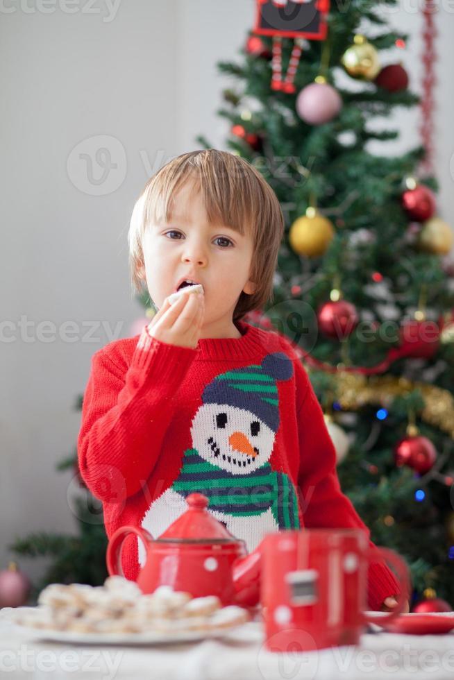 ragazzo, mangiando biscotti foto