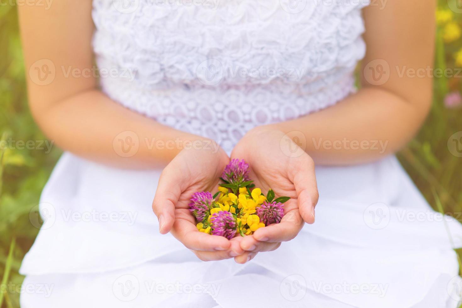 donna che tiene i fiori foto