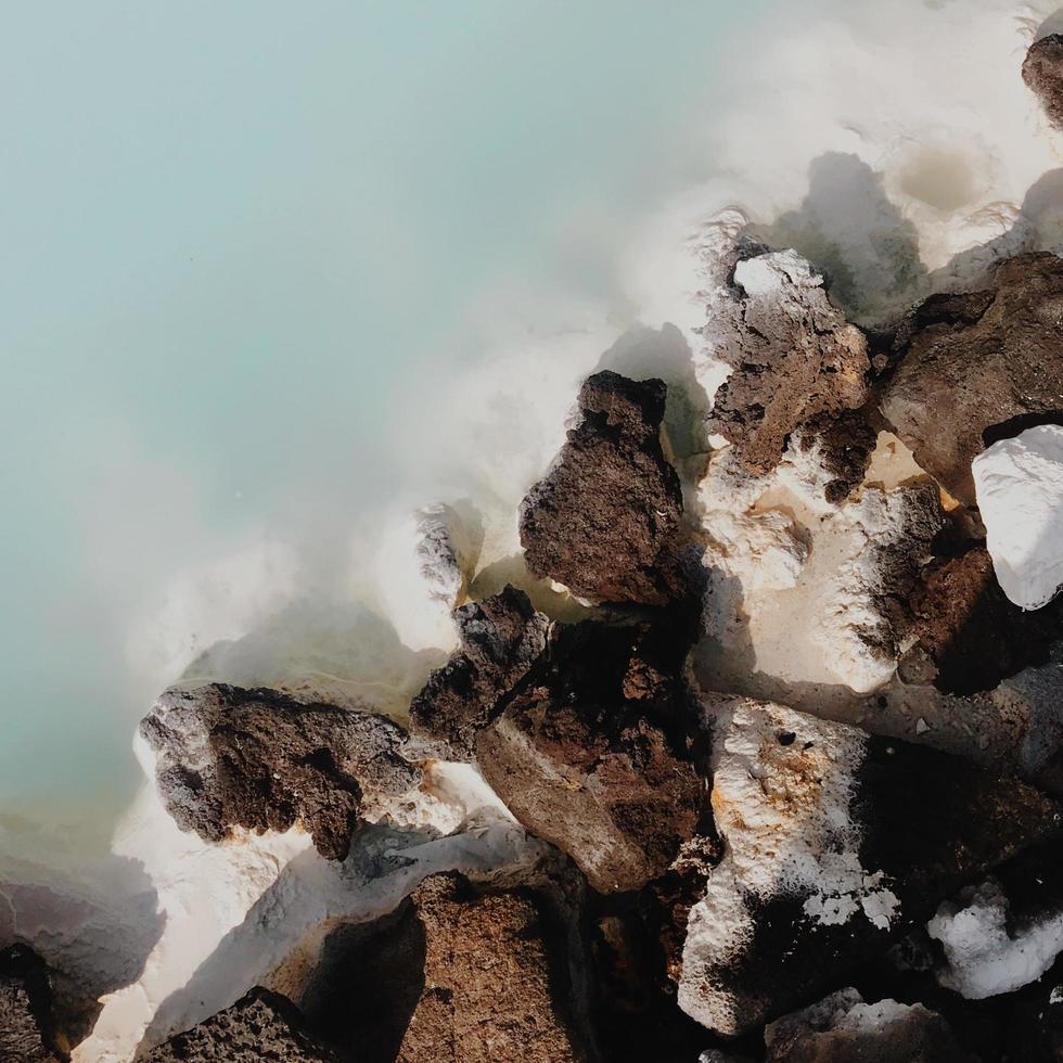 frammento di pietra bianca e nera foto